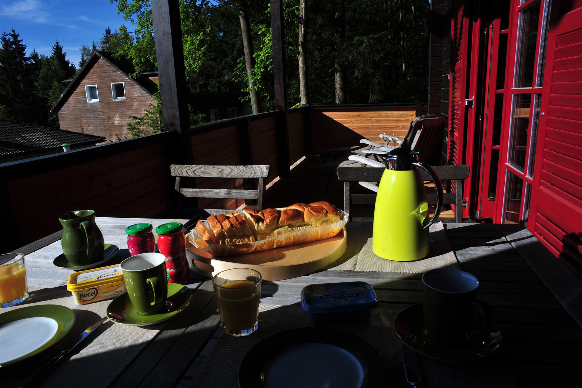 Blockhaus-Bodefall-Außenansicht-Frühstück-auf-der-Terrasse
