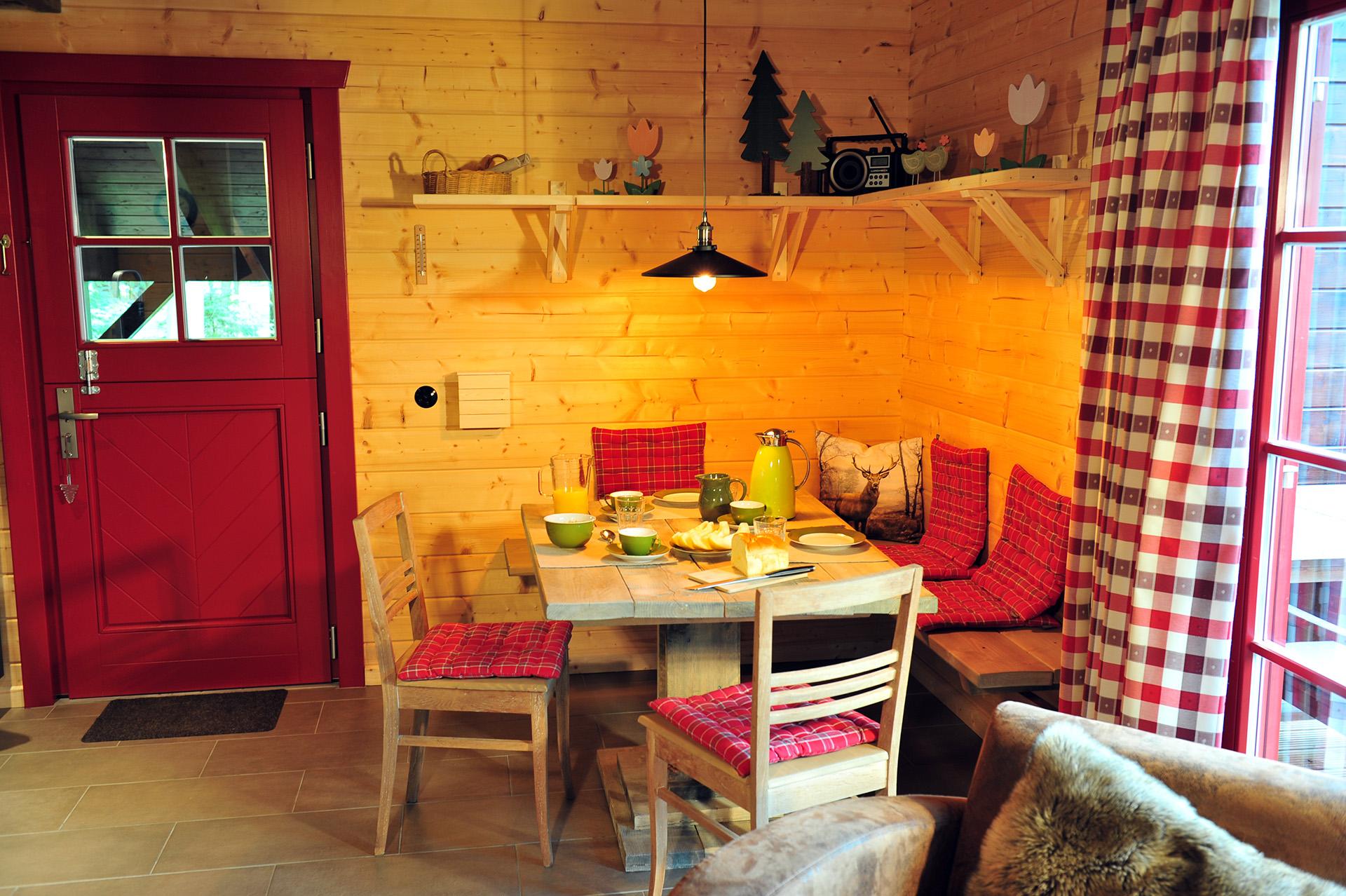 Blockhaus-Bodefall-Innenansicht-Esstisch-mit-Frühstück