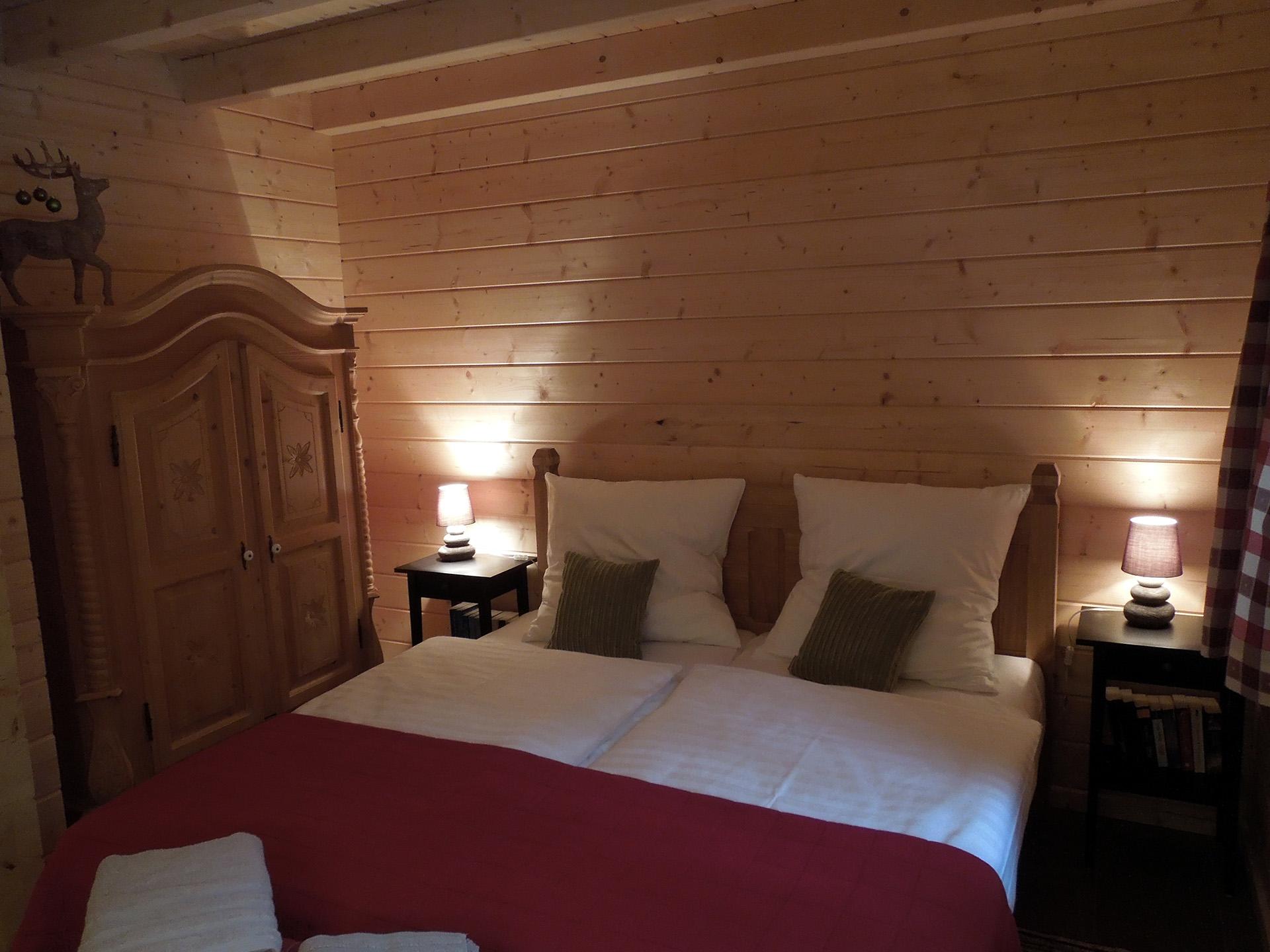 Blockhaus-Bodefall-Innenansicht-Schlafzimmer-Doppelbett