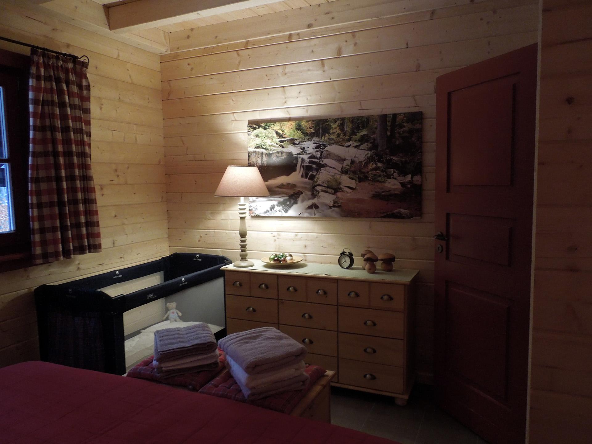 Blockhaus-Bodefall-Innenansicht-Schlafzimmer-Kinderbett