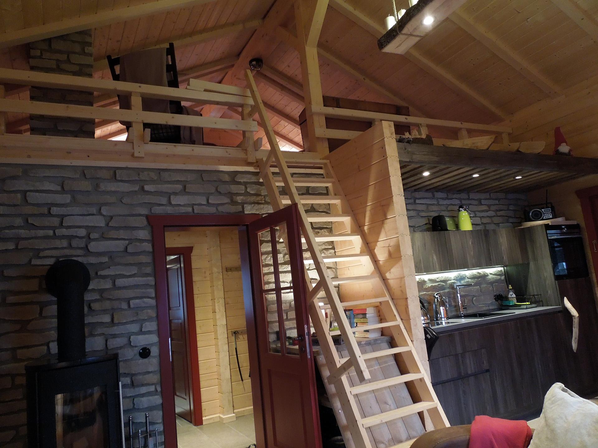 Blockhaus-Bodefall-Innenansicht-Treppe-nach-oben