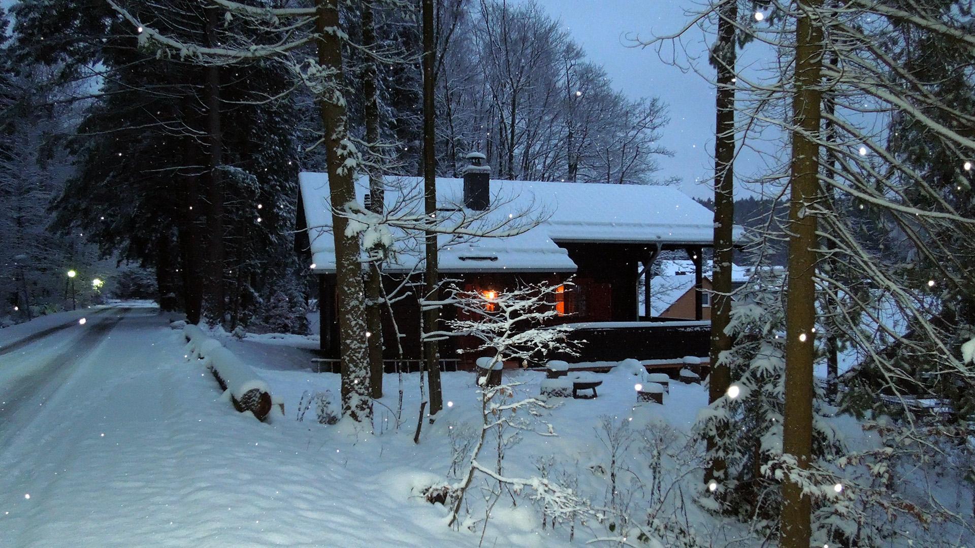 Blockhaus-Bodefall-Winter-Blockhaus-am-Abend-im-Schnee